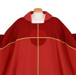 Kaseln in der liturgischen Farbe rot