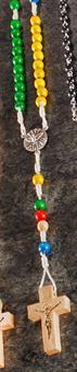 Rosenkranz mit bunten Perlen, Kreuz mit goldenem Aufdruck