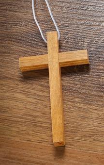 Holzkreuz aus Walnussholz, mit weißer Kordel